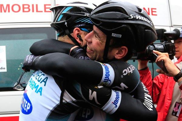 Mark Cavendish celebrates his win, Giro d'Italia 2013 stage 12