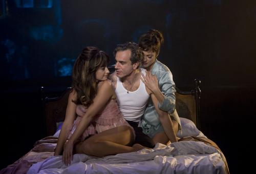 Nine - Famous director Guido Contini (Daniel Day-Lewis) has  trouble juggling his mistress Carla (Penélope Cruz) & wife Luisa  (Marion Cotillard) in this romantic musical