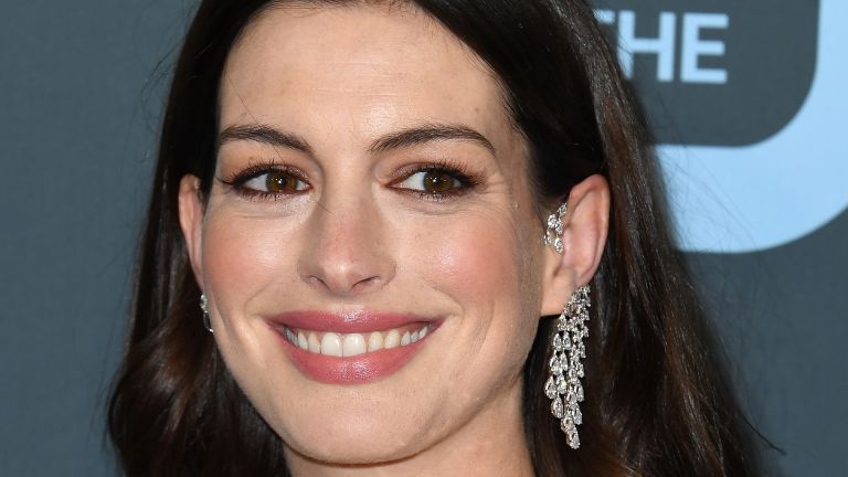 SANTA MONICA, CALIFORNIA - JANUARY 12: Anne Hathaway arrives at the 25th Annual Critics' Choice Awards at Barker Hangar on January 12, 2020 in Santa Monica, California. (Photo by Steve Granitz/WireImage)