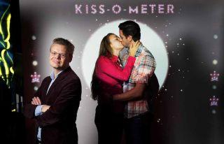 kiss-o-meter couple kissing