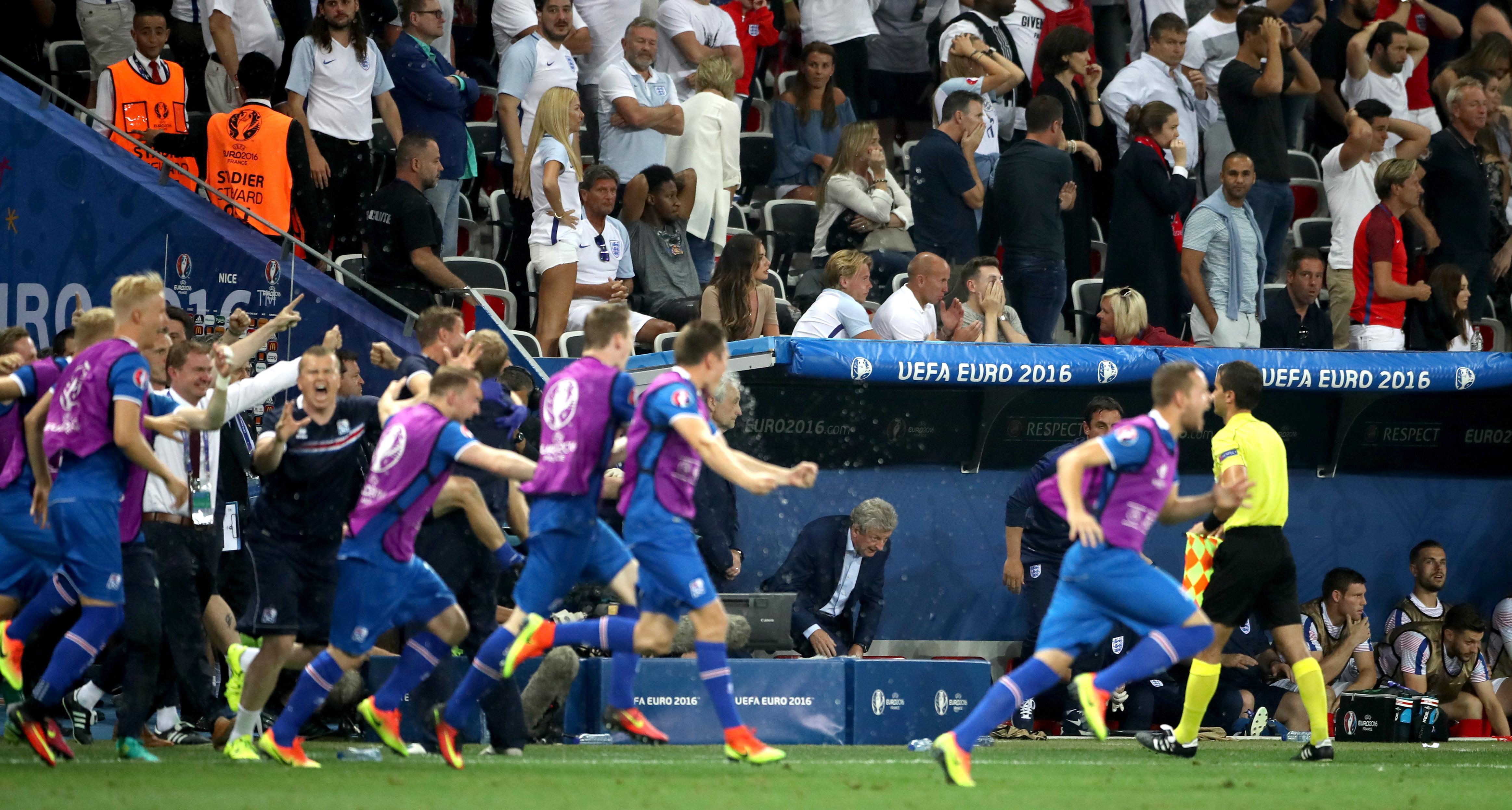Roy Hodgson observa a los jugadores y al personal islandeses celebrar una victoria por 2-1 sobre Inglaterra en la Eurocopa 2016