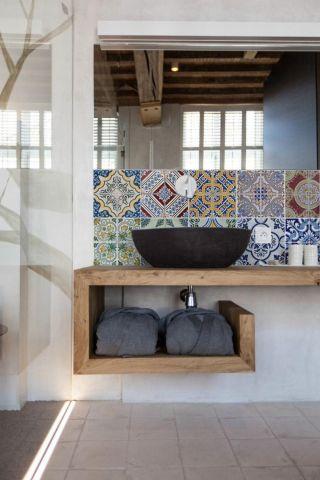 Мозаичная плитка в маленькой ванной комнате с большими окнами и отдельно стоящей раковиной