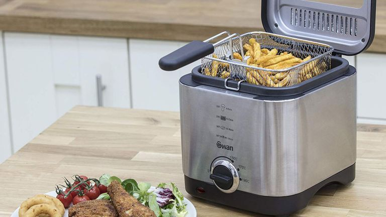The best deep fat fryer: Silver and black Swan 1.5 L Deep Fryer