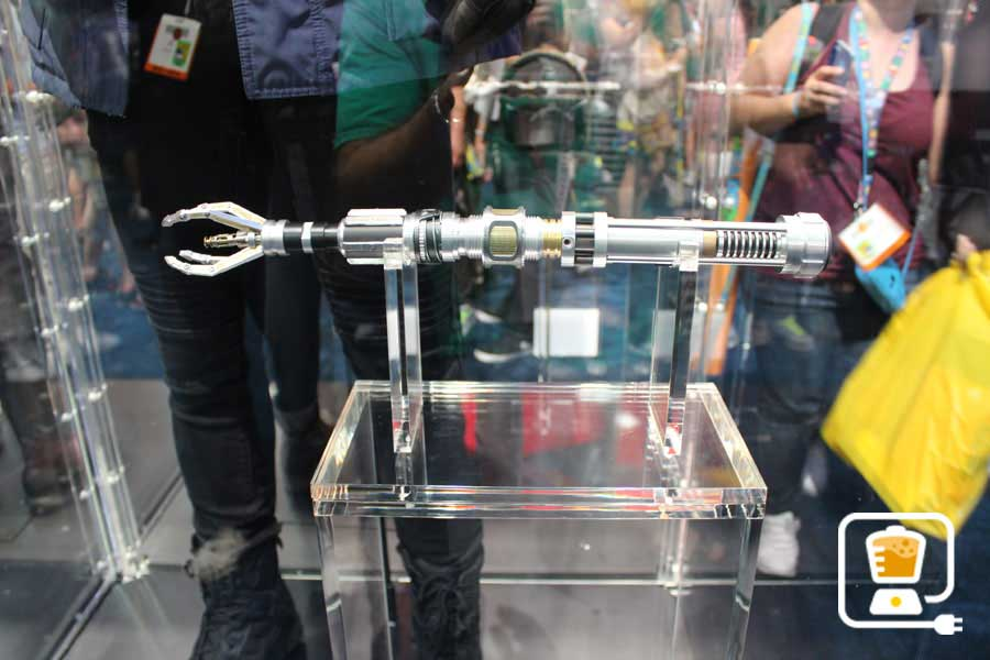 See Flash And Arrow's Amazing Costumes And Gadgets On Display At Comic-Con #32895