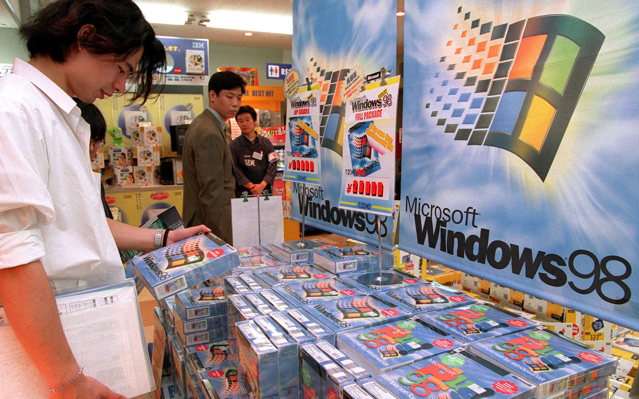 Windows 98 - A customer looks at a box in Japan