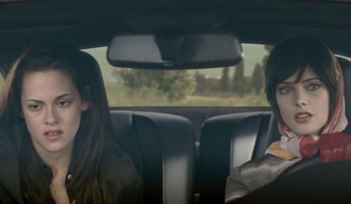 Kristen Stewart and Ashley Green in Twilight: New Moon