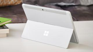 La Surface Go 2 de Microsoft en blanco, sobre una mesa, de espaldas.