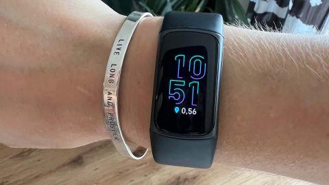 Fitbit Charge 5 runt kvinnas handled.