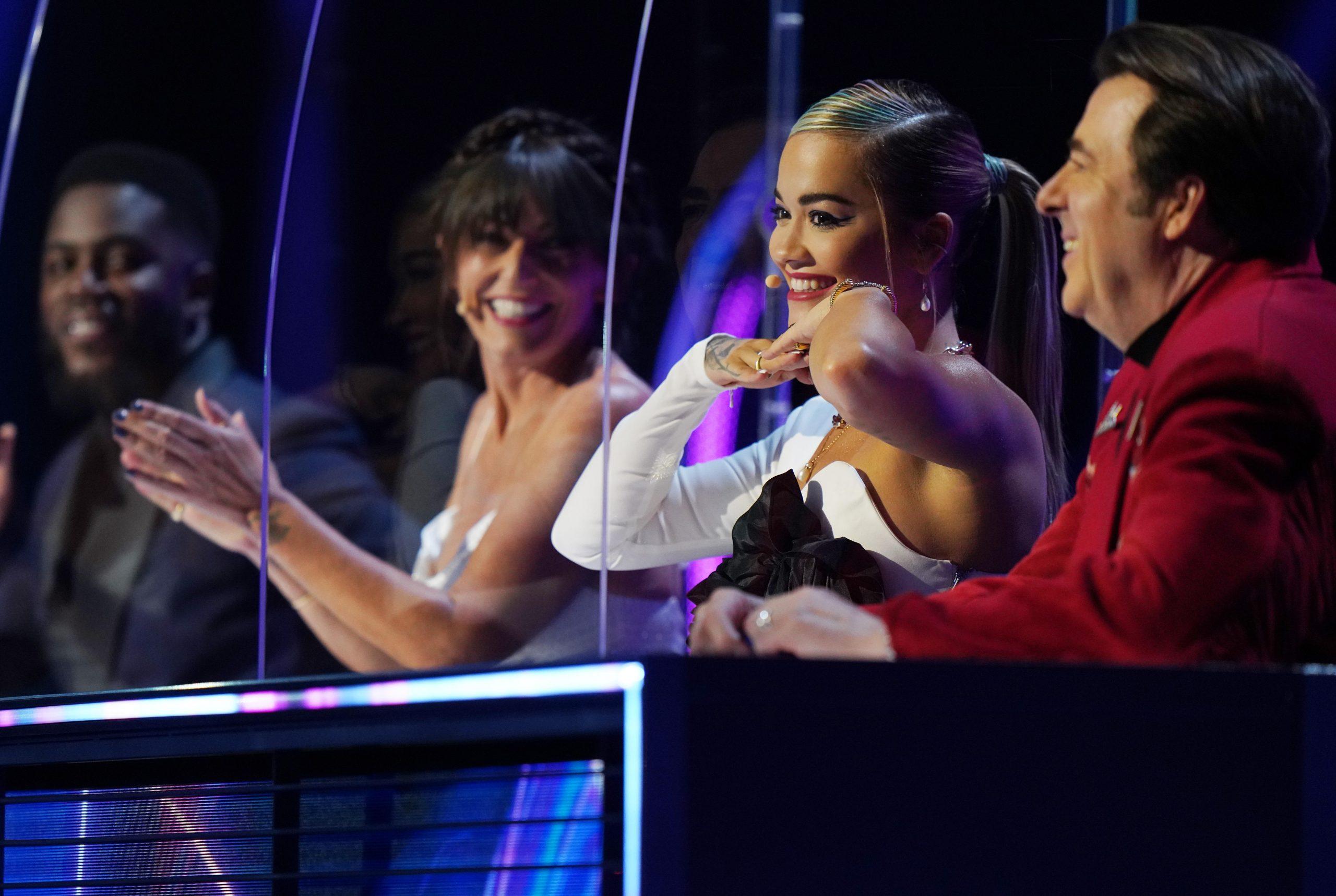 Davina en The Masked Singer Panel con Mo Gilligan, Rita Ora y Jonathan Ross