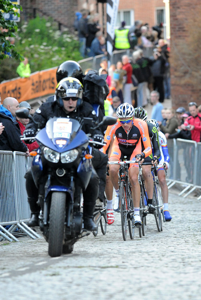 Ian Bibby leads up cobbles, Tour Series 2011, round one