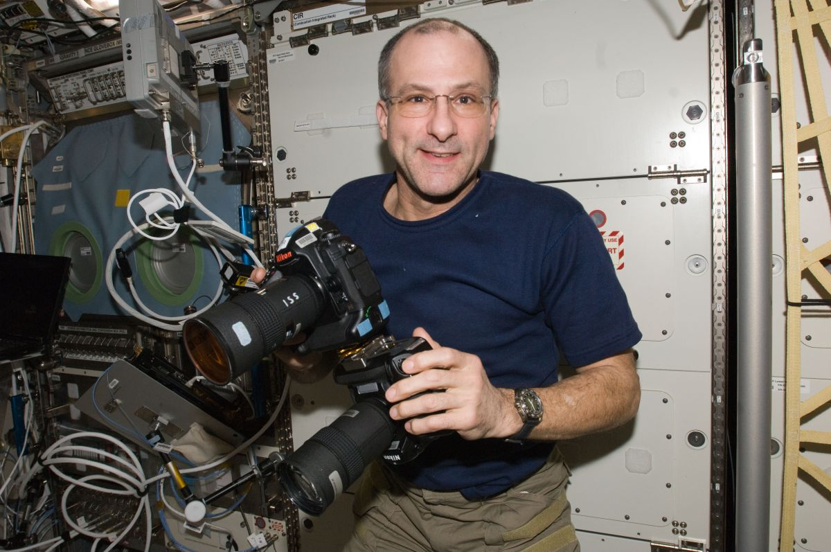 astronaut answers questions in space - photo #28