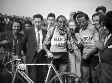 Fausto Coppi (R) poses with his brother Serse Coppi (C) , who has just won the Paris-Roubaix race, on April 18, 1949