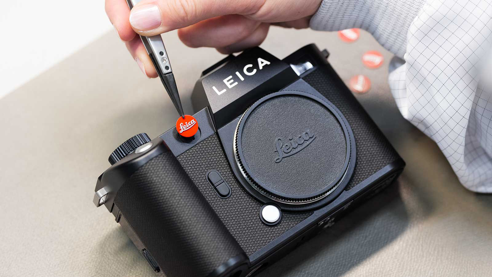Chiếc Leica SL2 mới được sản xuất bằng tay một cách tỉ mỉ ở bước lắp ráp cuối cùng - Nguồn: Leica Rumors
