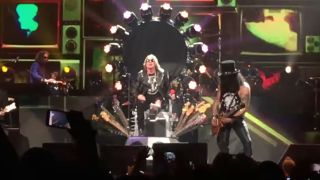 guns n'roses singer axl rose using Dave grohl's stage throne