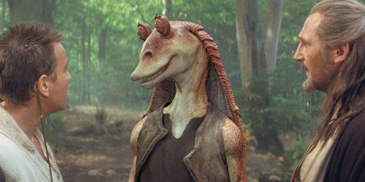 Jar Jar Binks (Ahmed Best) smiles at Obi-Wan Kenobi and Qui-Gonn Jinn in Star Wars: The Phantom Menace (2001)