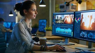 Eine Frau arbeitet auf ihrem PC mit einem Grafikprogramm