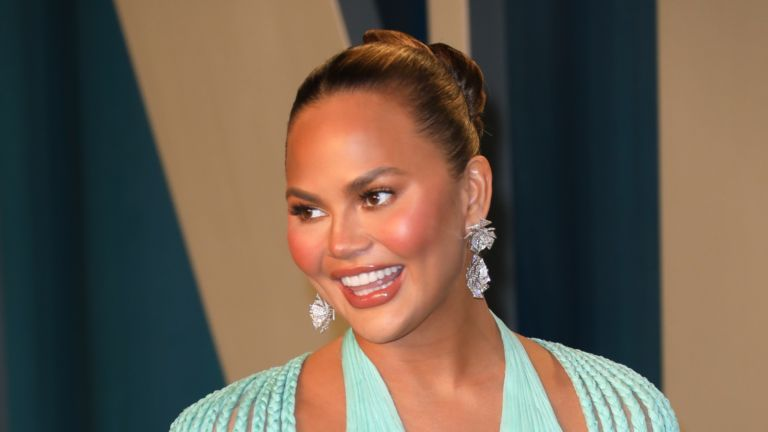 BEVERLY HILLS, CALIFORNIA - FEBRUARY 09: Chrissy Teigen attends the 2020 Vanity Fair Oscar Party at Wallis Annenberg Center for the Performing Arts on February 09, 2020 in Beverly Hills, California. )