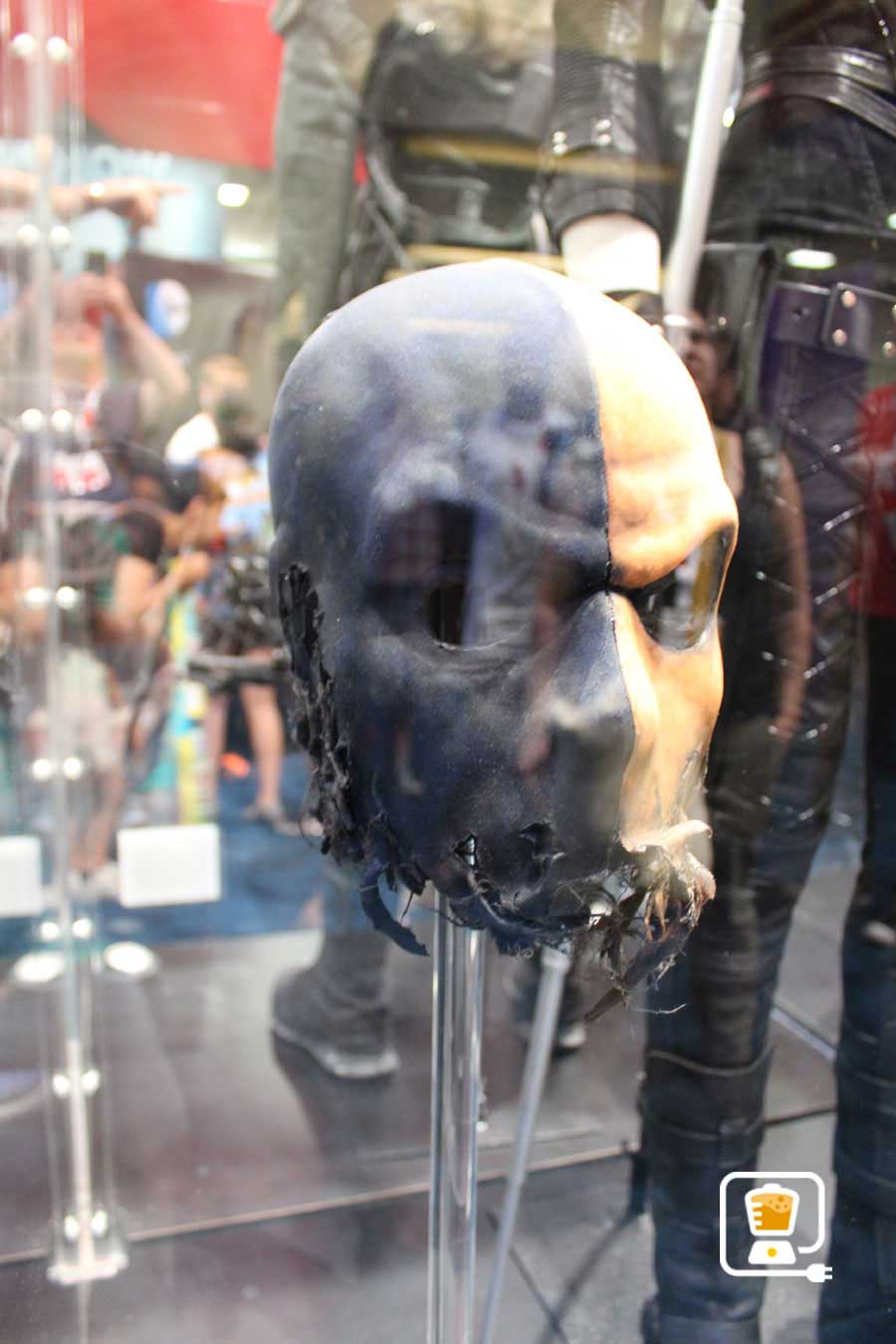 See Flash And Arrow's Amazing Costumes And Gadgets On Display At Comic-Con #32885