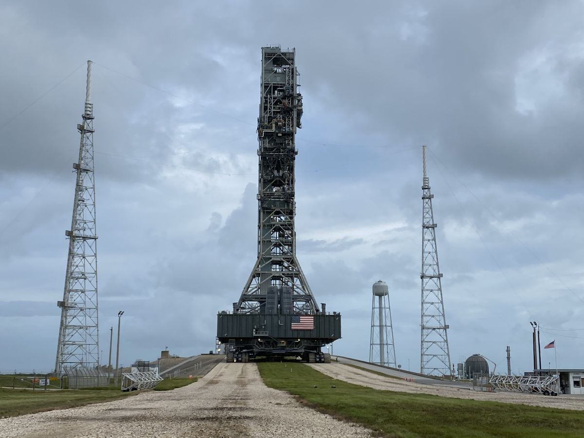NASA's megarocket mobile launcher crawls to the launch pad for moon mission prep