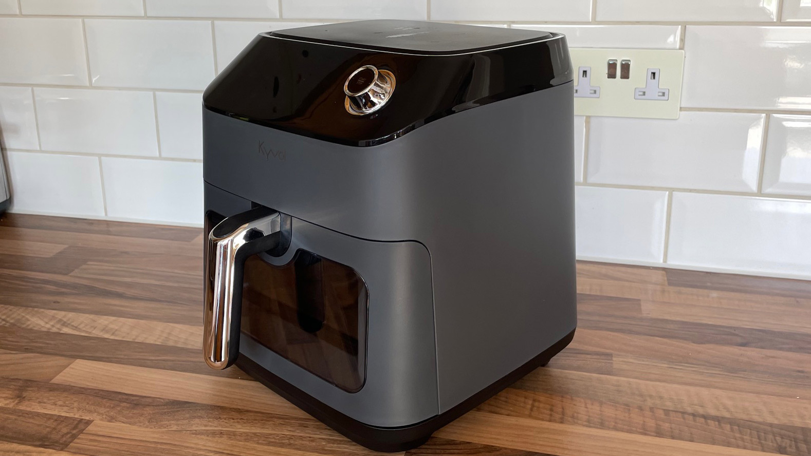 side view of the Kyvol AF600 Air Fryer on a kitchen countertop