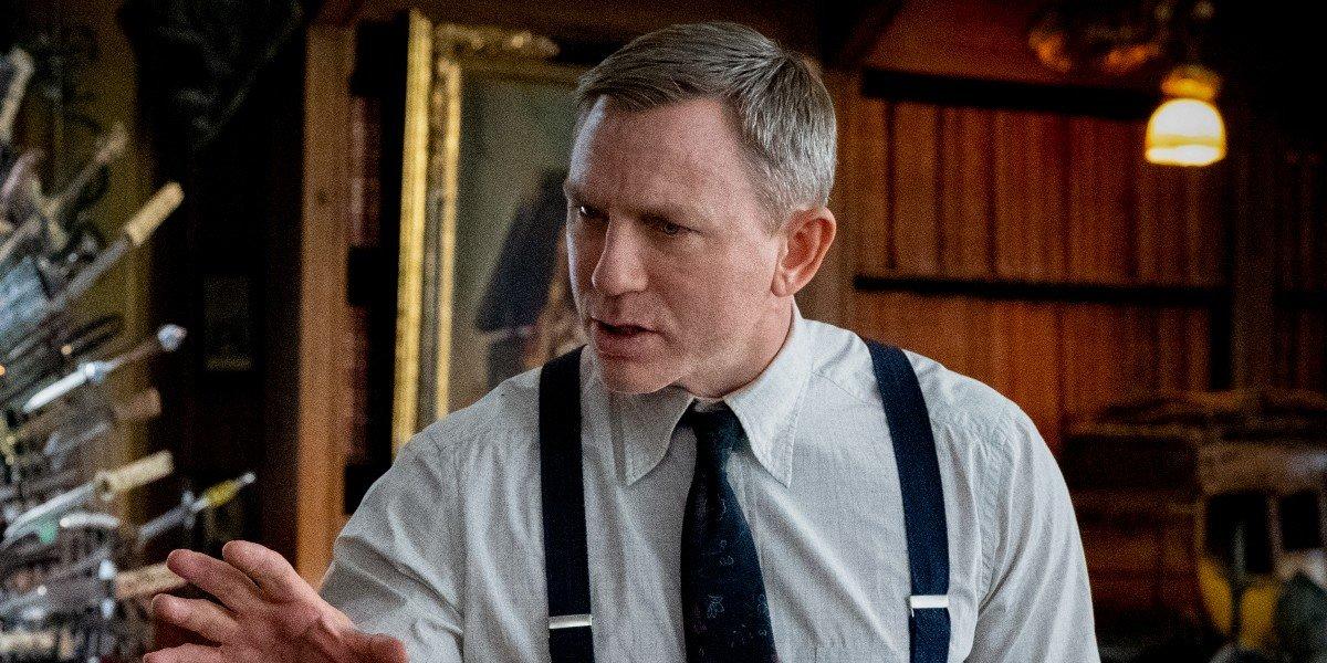 Benoit Blanc (Daniel Craig) explains the case in Knives Out (2019)