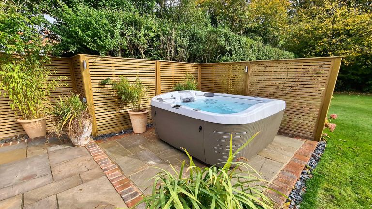 hot tub privacy ideas – hydrolife hot tub with slatted fence screen