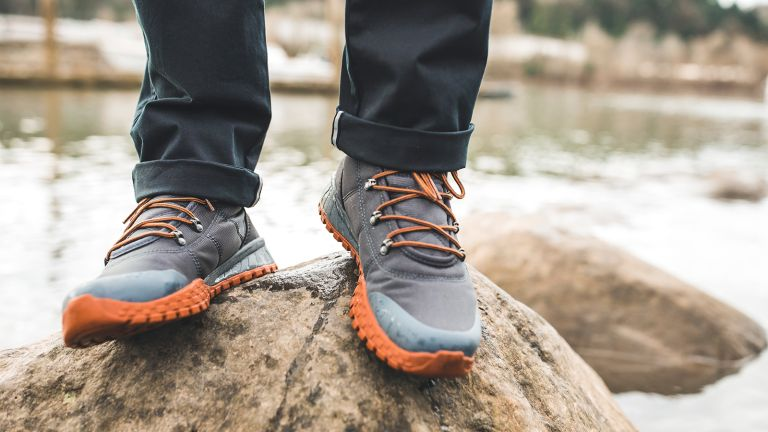 Best men's walking shoes: a man walks through the woods