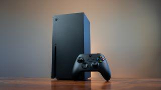 Una Xbox Series X con un mando apoyado al frente.