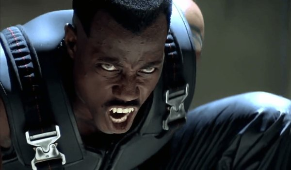 Blade Wesley Snipes snarling while crouched, showing his fangs to the enemy