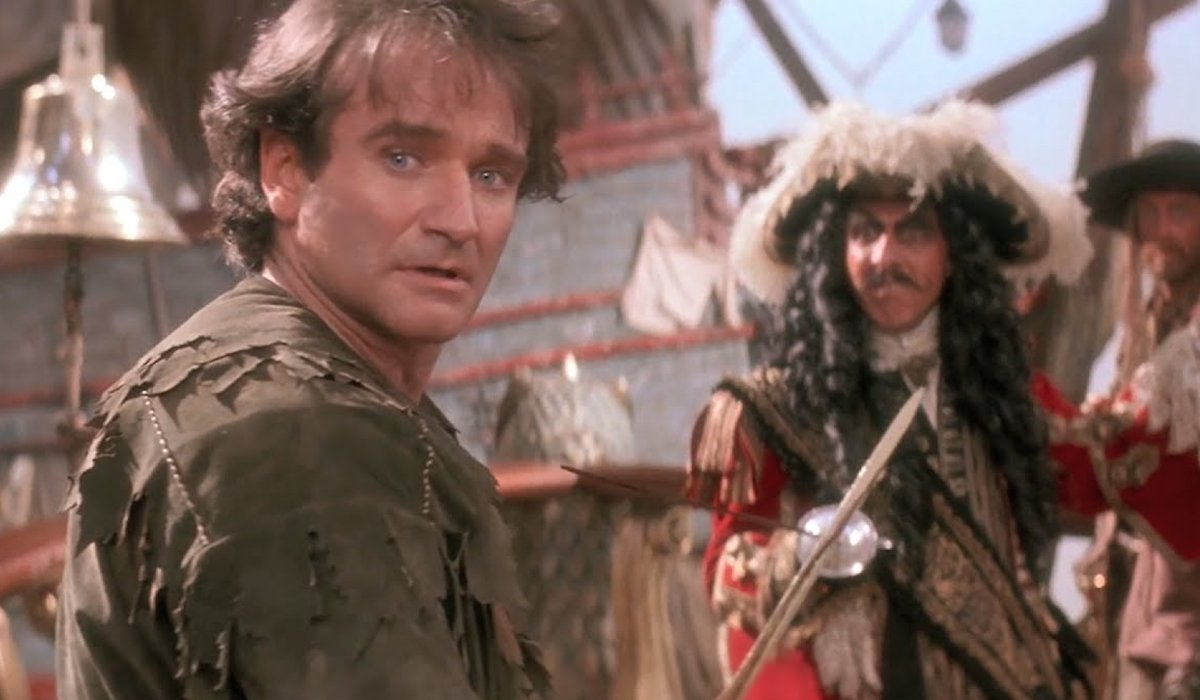 Hook Robin Williams looks back in mid-battle with Dustin Hoffman
