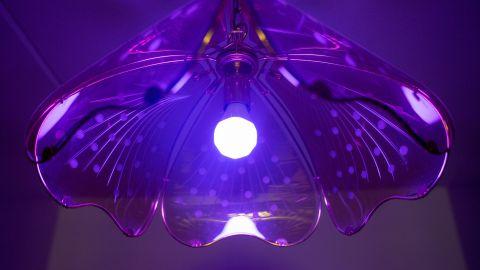 Nanoleaf Essentials A19 E27 smart lampa monterad i takarmatur.