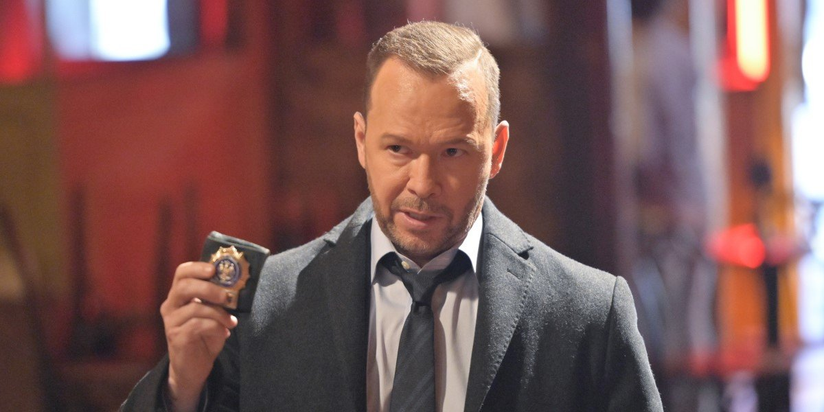 donnie wahlberg's danny reagan showing his badge on blue bloods season 11