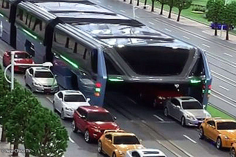 china 39 s crazy traffic straddling bus would be terrifying for cyclists video cycling weekly. Black Bedroom Furniture Sets. Home Design Ideas