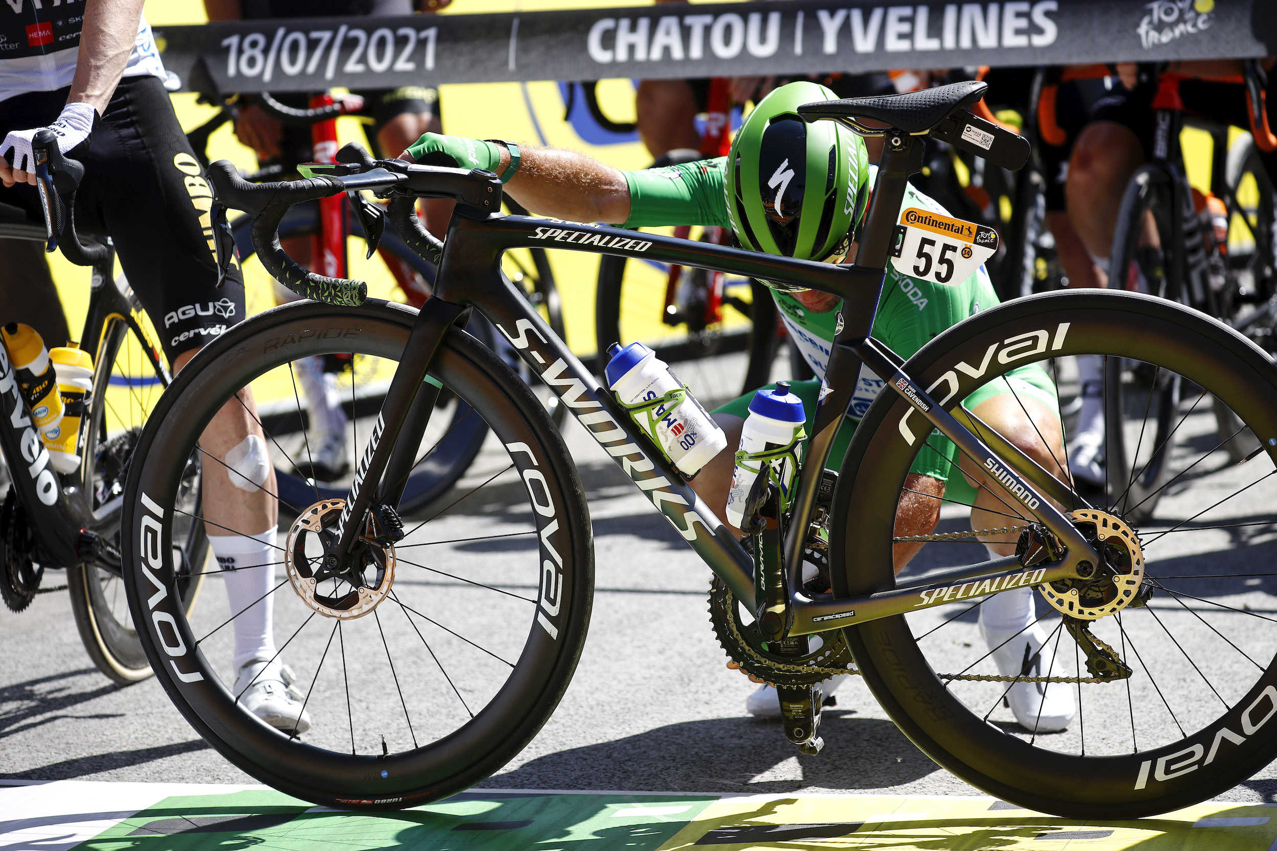 Mark Cavendish making last minute changes to his bike on stage 21 of the 2021 Tour de France