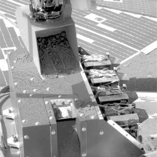 Phoenix Gets Close-up Look at Mars Dirt