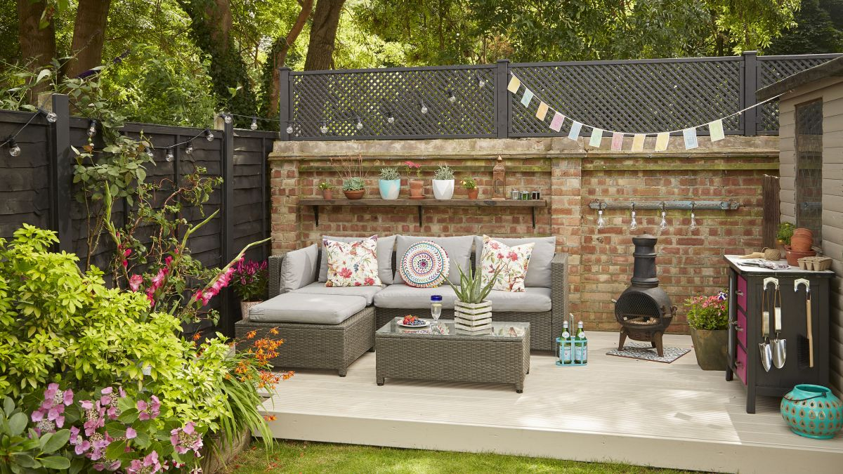 This stylish outdoor entertaining space was created on a budget