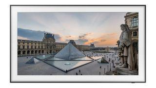 Ein Foto des Louvre auf einem Samsung The Frame TV