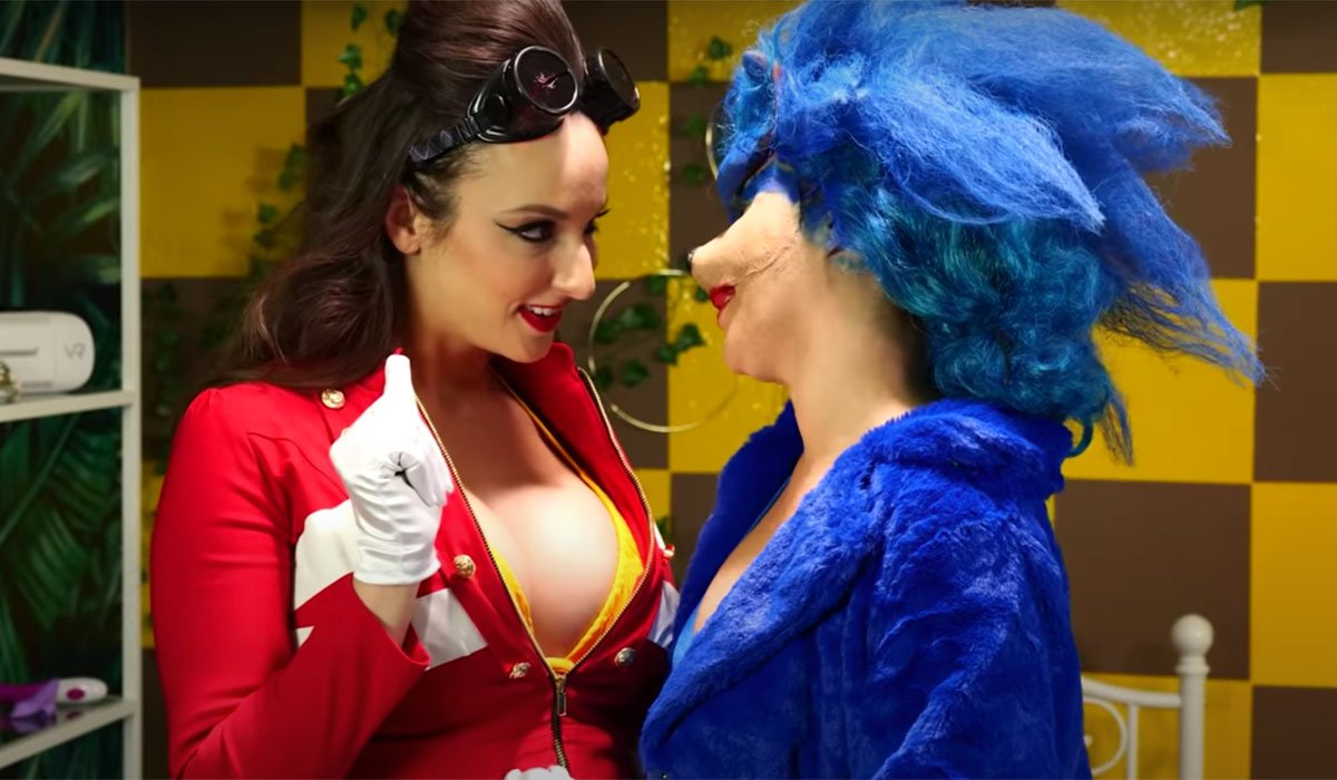 Sonic getting ready to kiss a lady in Sonic The Vadgehog.