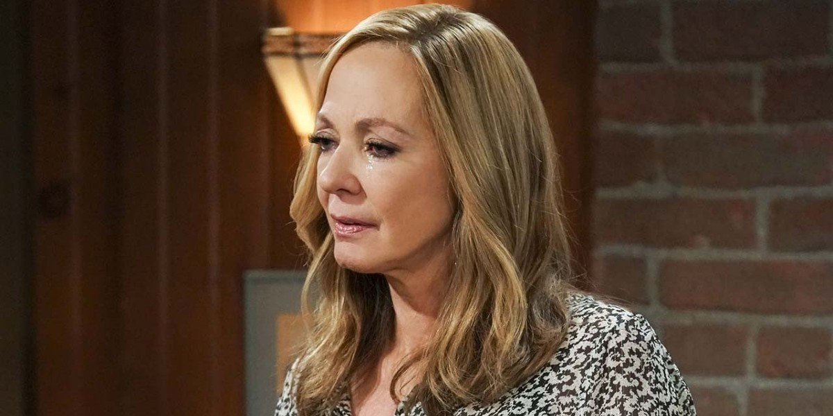 Bonnie making her final emotional AA speech in the Mom series finale