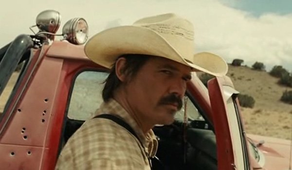 Josh Brolin as Llewelyn Moss at the scene of the crime in No Country For Old Men