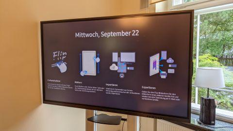 Samsung Flip 2 in einem Meetingraum vor einem Fenster