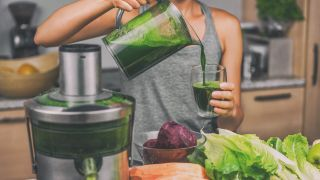 Which is healthier: Juicing or blending?