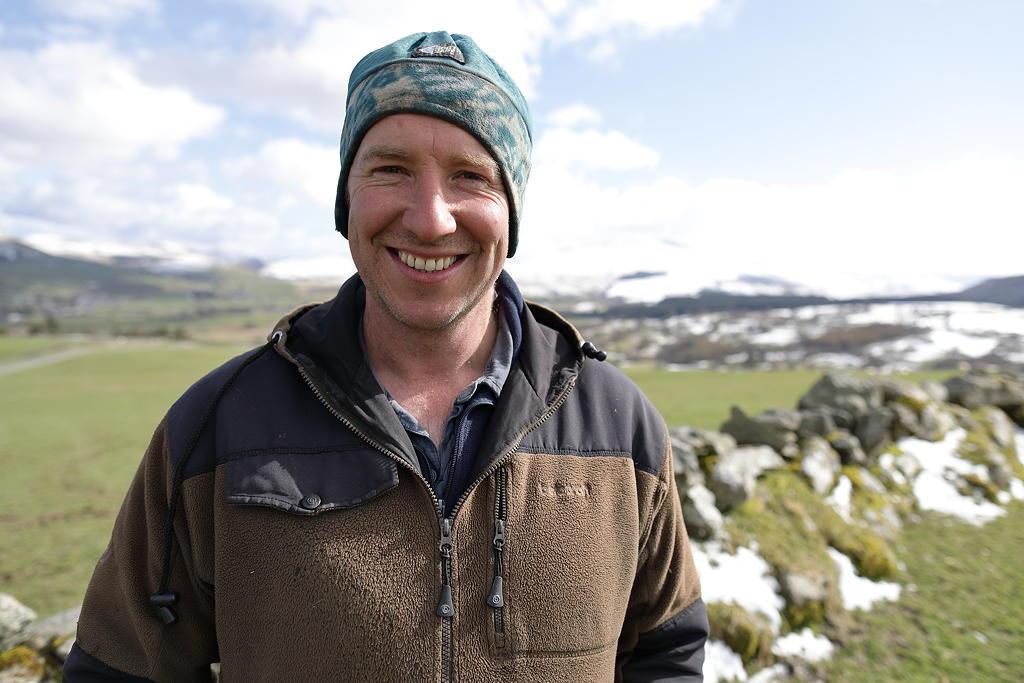 Esta noche en la televisión el granjero Rhodri Jones.