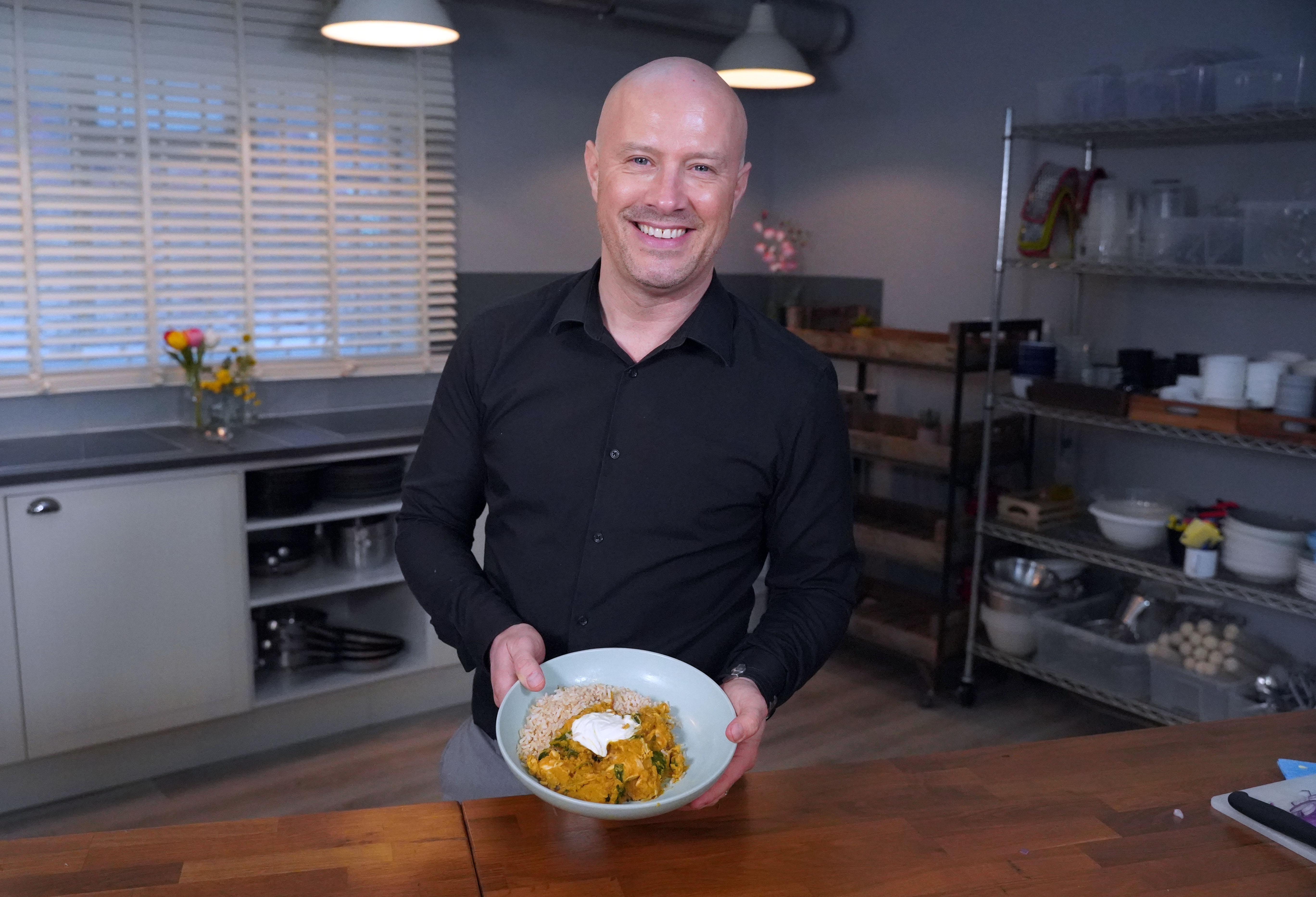 Eat Shop Save El chef Dale Pinnock prepara un pollo al curry