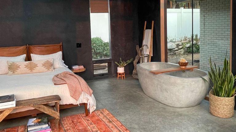 Amber Dunford's bath in bedroom