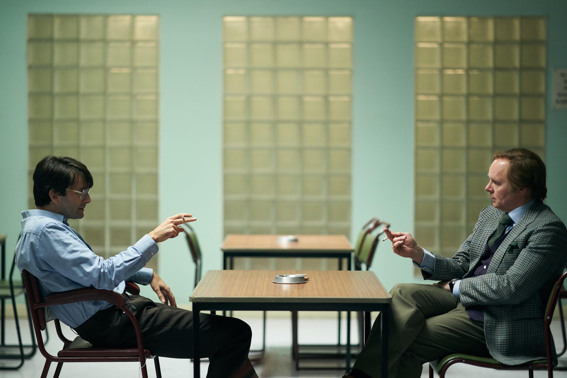 Nilsen (David Tennant) com Brian Masters (Jason Watkins) em Des