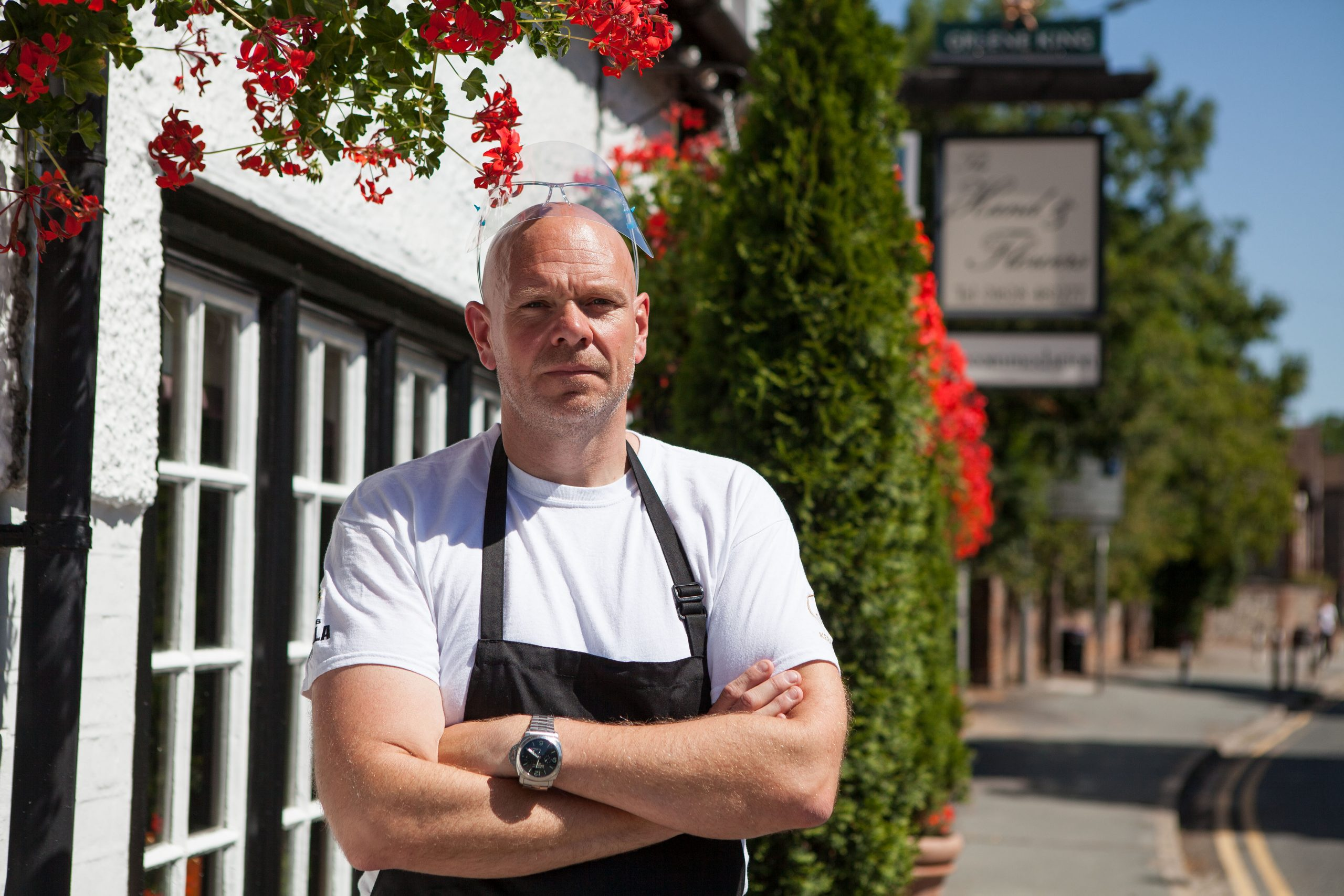Tom Kerridge usa una visera frente a su propio pub, The Hand and Flowers