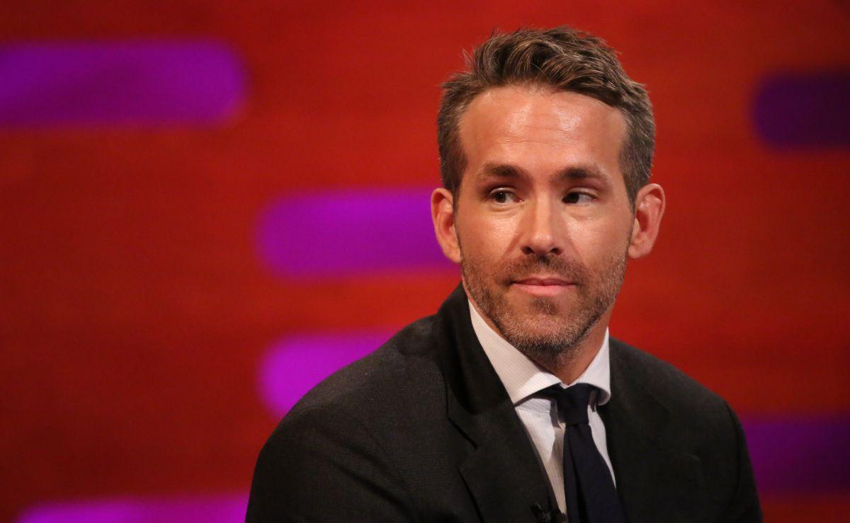 Wrexham owners Ryan Reynolds and Rob McElhenney offer £250,000 promotion bonus