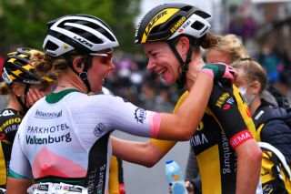Rachel Neylan congratulates stage 2 winner Riejanne Markus (Jumbo-Visma)