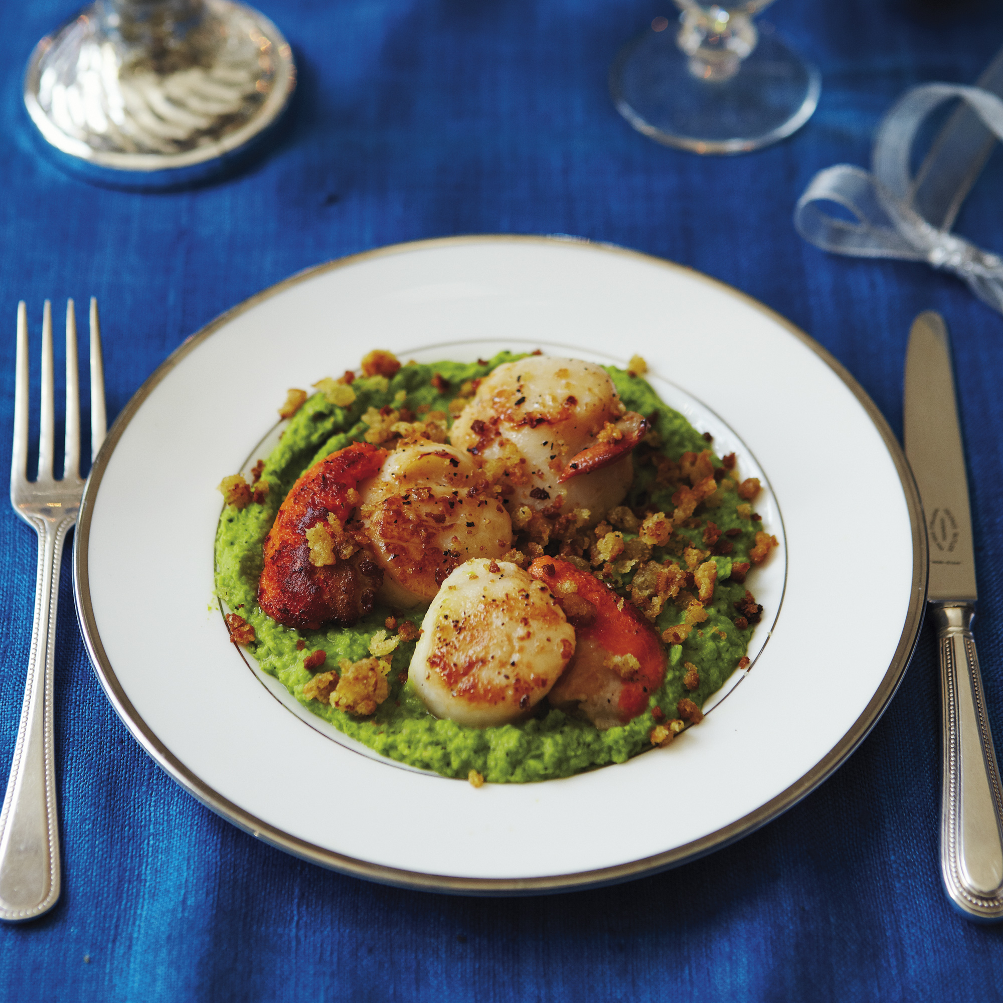 Scallops on pea pure with parmesan crumbs forumfinder Choice Image